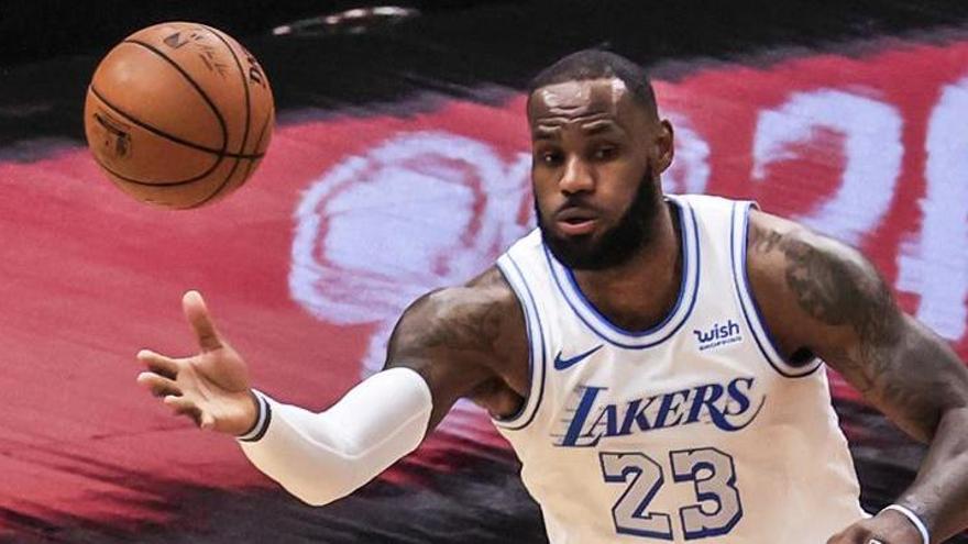 Sin Davis, los Lakers muestran las debilidades del equipo ante los Pistons