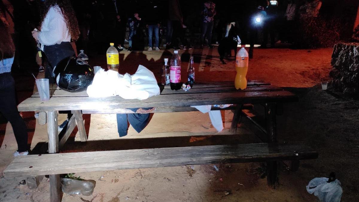 Bebidas que consumían los jóvenes durante la quedada en las inmediaciones de la Cueva del Tesoro.