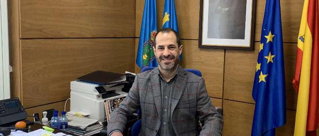 Ángel García, en su despacho del Ayuntamiento de Siero.