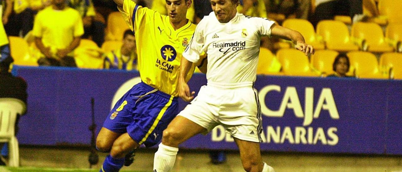Pablo Ballesteros Lago lucha con el lateral del Real Madrid Míchel Salgado, en el Estadio Insular, el 3 de octubre de 2001.   | | LP / DLP