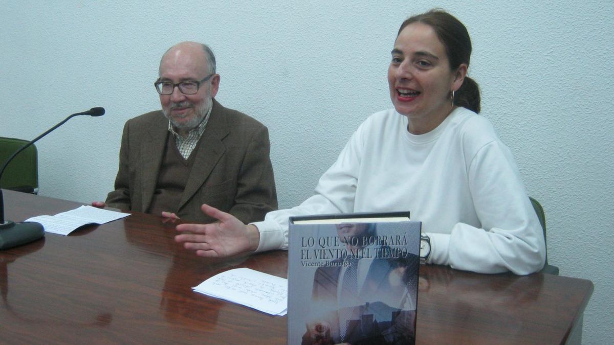 Vicente Buruaga junto a la directora de la Casa de Cultura en su última visita a Toro