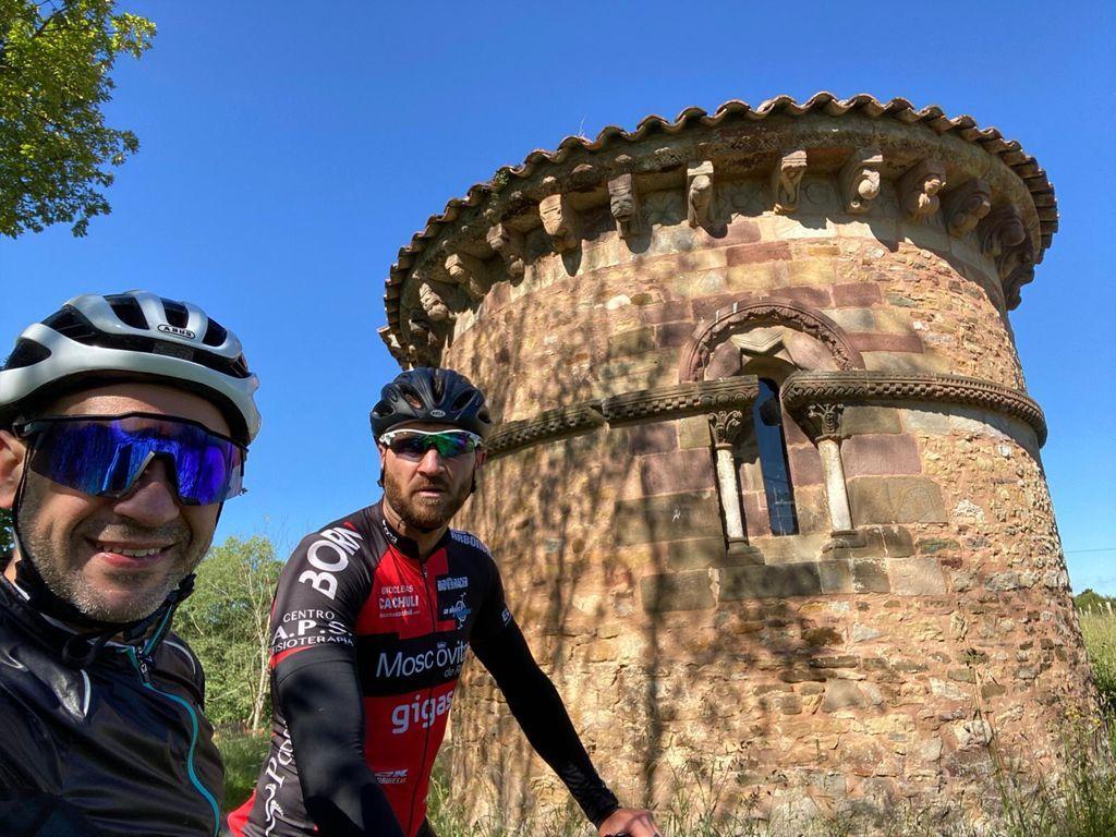 13 parejas ciclistas en busca del patrimonio cultural de Siero En una mañana de retos deportivos y divertidos, 13 parejas han recorrido el concejo de Siero en busca de seis tesoros del patrimonio medieval sierense.