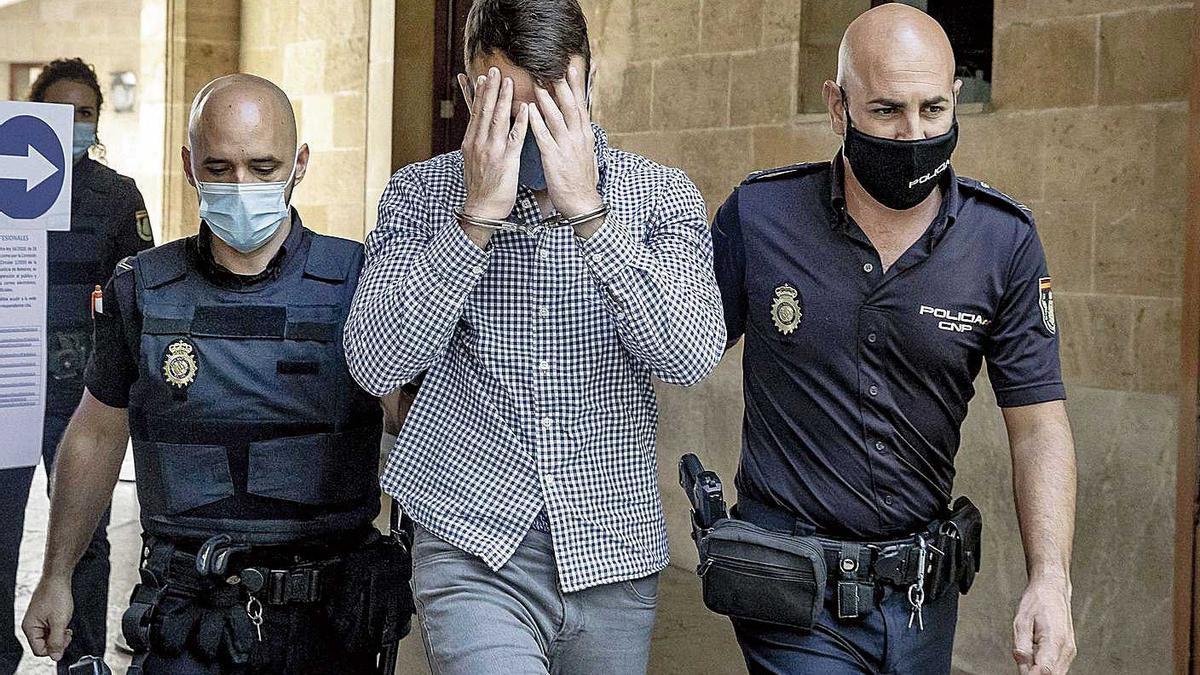 El hombre condenado, este lunes a su salida de la Audiencia de Palma tras confesar los hechos.