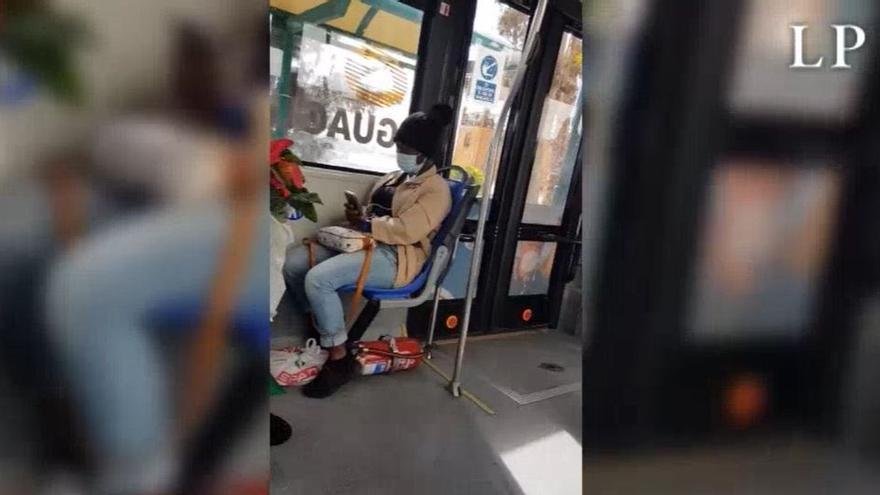 """Pasajeros de una guagua en Canarias piden """"que se baje la negra"""""""
