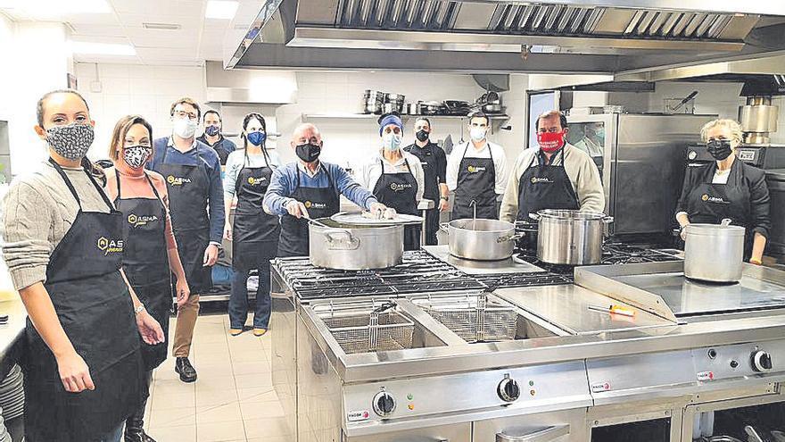 Asima Jóvenes y María Salinas cocinan lentejas para el comedor de Zaqueo