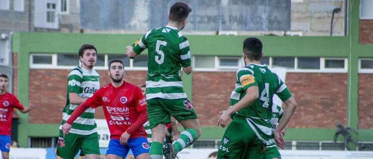 Marquitos espera la pelota durante la victoria de la UD Ourense frente al Paiosaco. // Carlos Peteiro