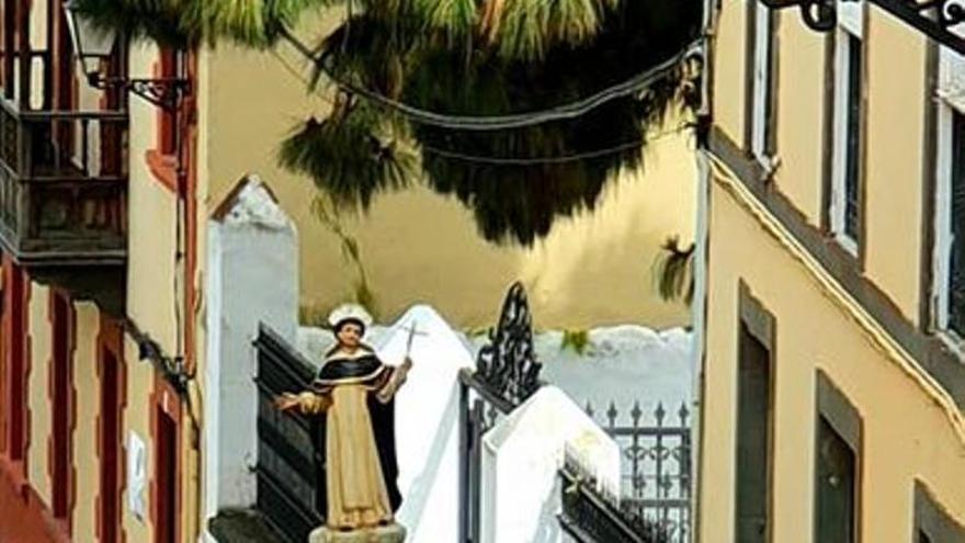 El patrón de Valleseco rodeado de concejales visita a la Virgen del Pino