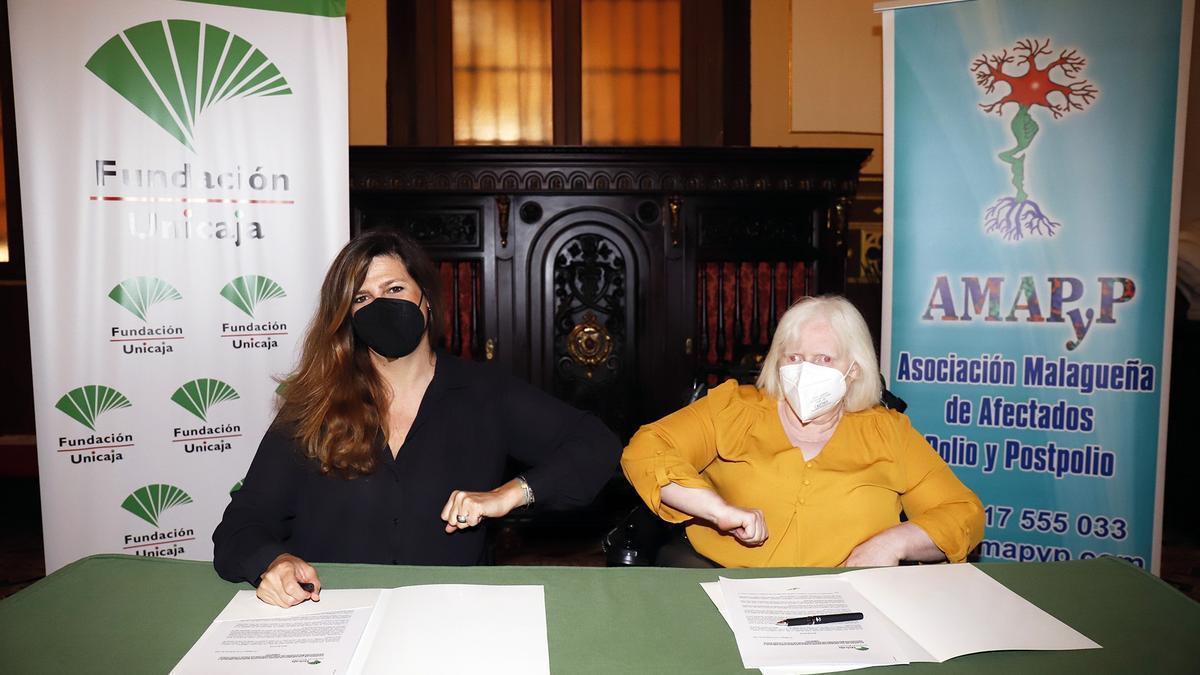 La responsable de Solidaridad Social y Educación de la Fundación Unicaja, Ana Cabrera, y la presidenta de la Asociación Malagueña de Afectados Polio y Post Polio (AMAPyP), Gracia Acedo