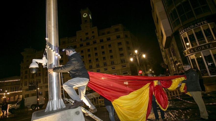 Izado de la bandera de España en Oviedo