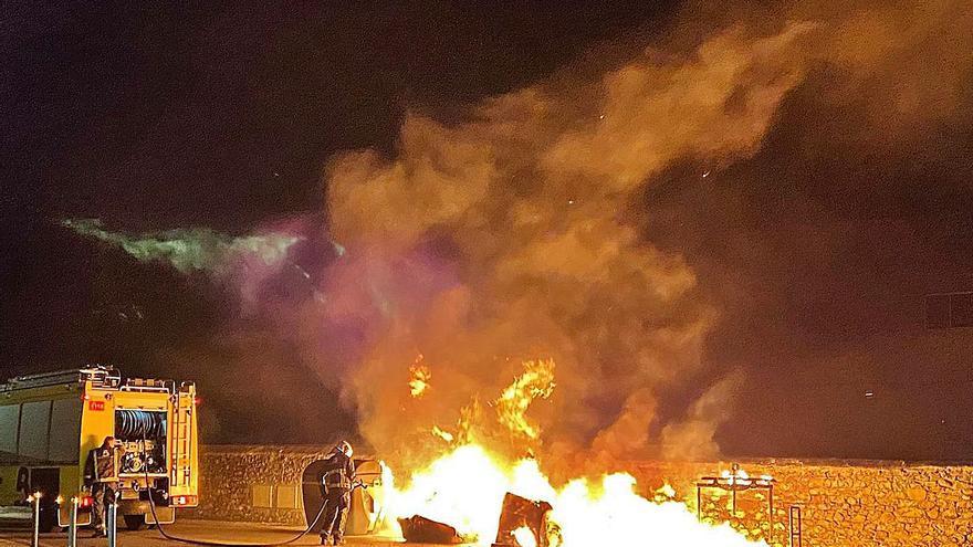 """La Alcaldesa de Langreo estalla contra la quema de contenedores: """"Es detestable y peligroso"""""""