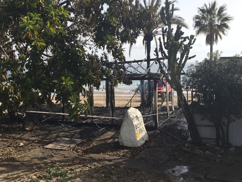 El Restaurante Bounty Beach, ubicado en la playa de El Pinillo, sufre un incendio cinco días después de que las llamas arrasaran Playa Padre