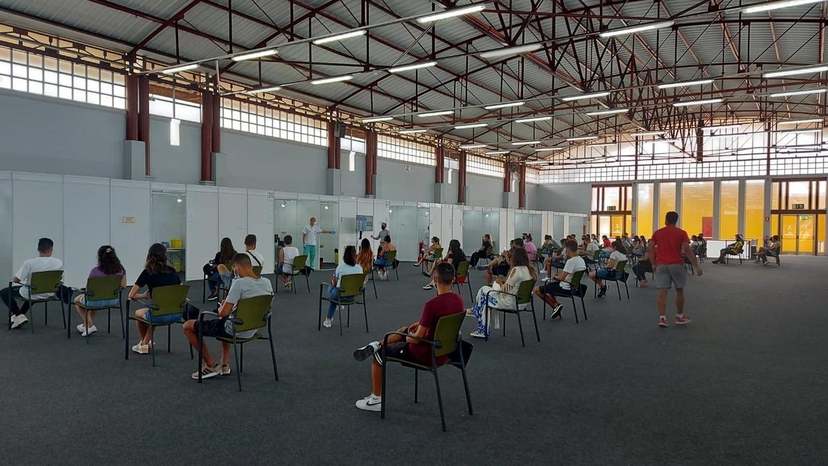 Personas esperando a recibir la vacuna.