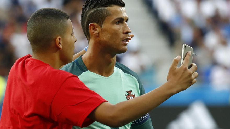 Un fan de Cristiano se cuela en la previa del Portugal-Gales