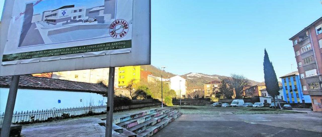 Los terrenos donde se levantará el nuevo centro de salud, con el cartel de la obra en primer término. | A. Velasco