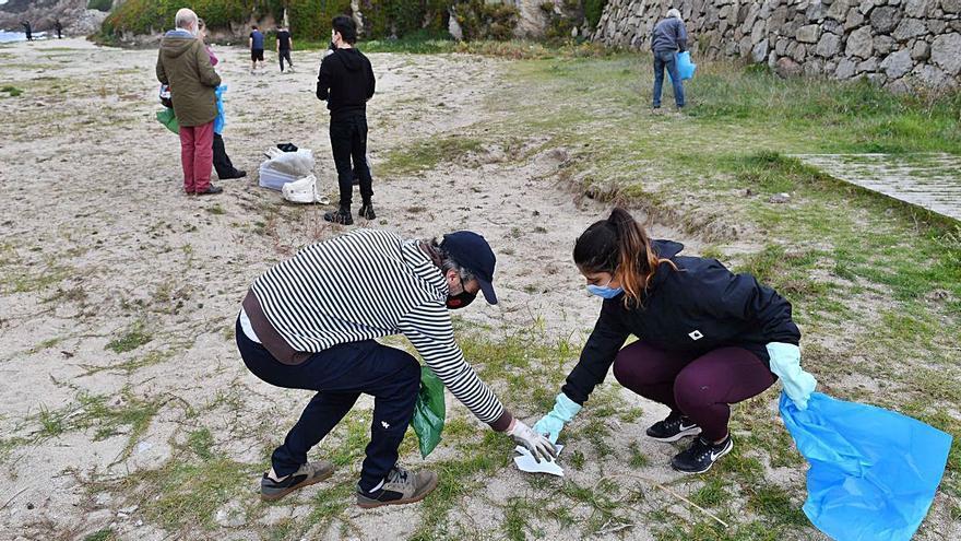 Limpieza simultánea de playas en el arenal de Bens
