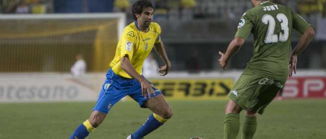 Juan Carlos Valerón controla la pelota en el duelo del Gran Canaria ante la presión de Jony, del Sporting de Gijón.