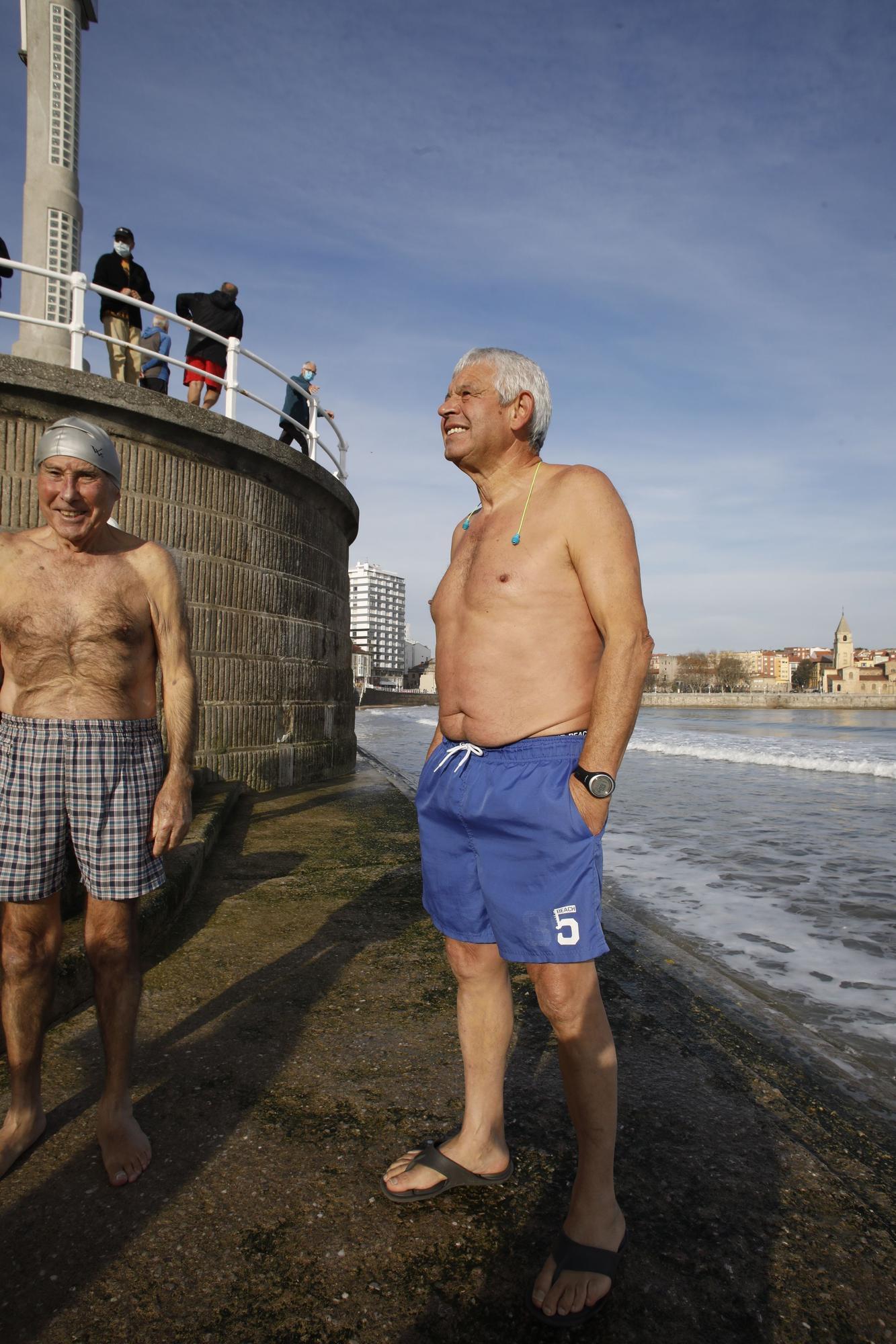 Los ba�istas de la Escalerona, en la playa de San Lorenzo (8).jpg