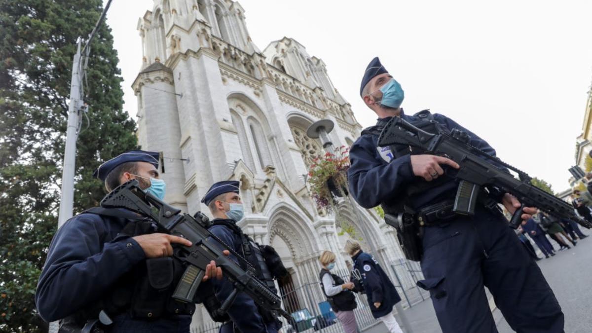 Agents de la policia francesa davant de Notre Dame.