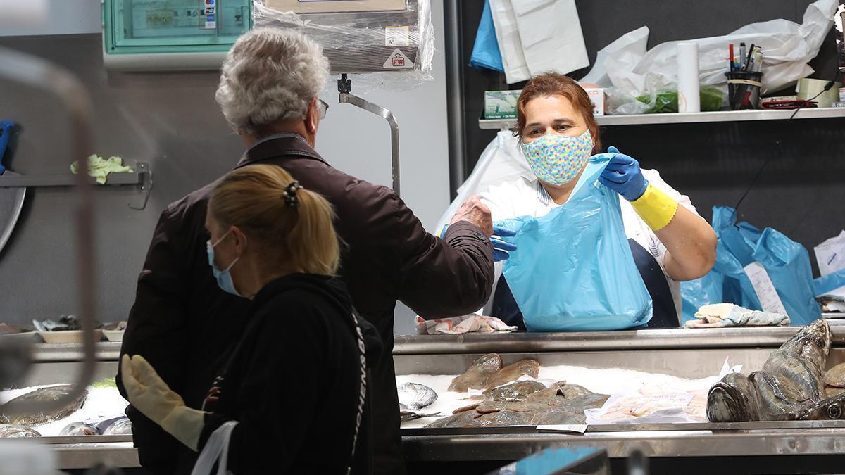 Un hombre hace la compra en el mercado de Teis (antes de que fuese obligatorio el uso de mascarilla)