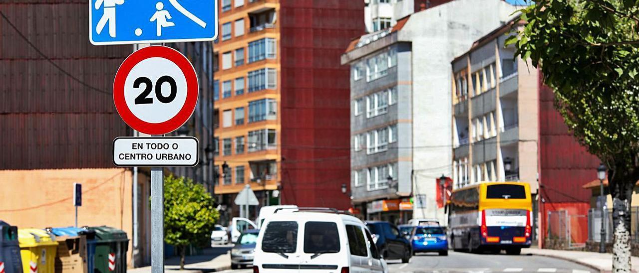 Centro urbano de Ponteareas, limitado a 20 km/h.     // ANXO GUTIÉRREZ