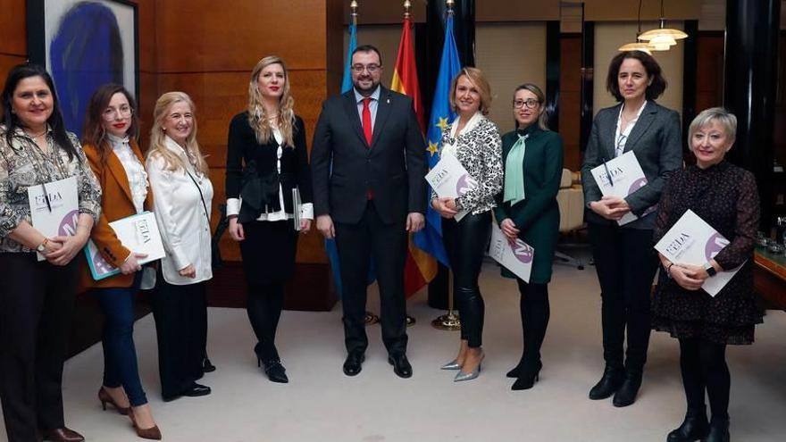 Adrián Barbón, con la directiva de la asociación de empresarias FEDA