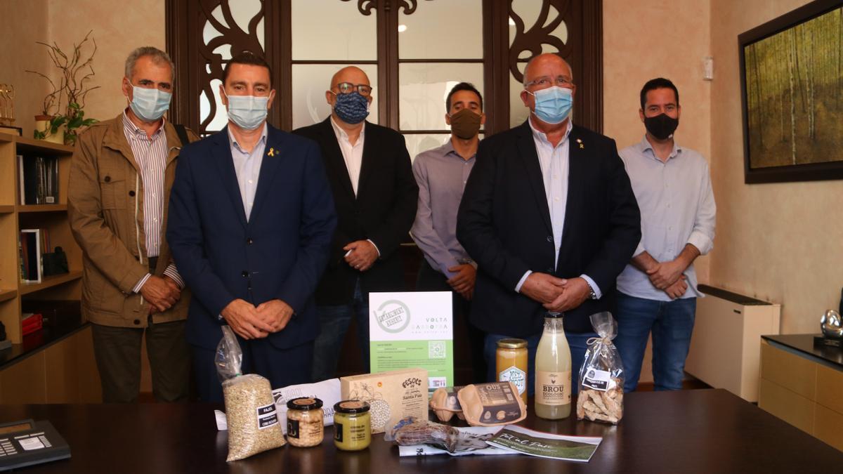 Foto de família amb alguns dels productes que es poden adquirir en línia amb el projecte VOLTA. Imatge del 28 de setembre del 2021. (Horitzontal)
