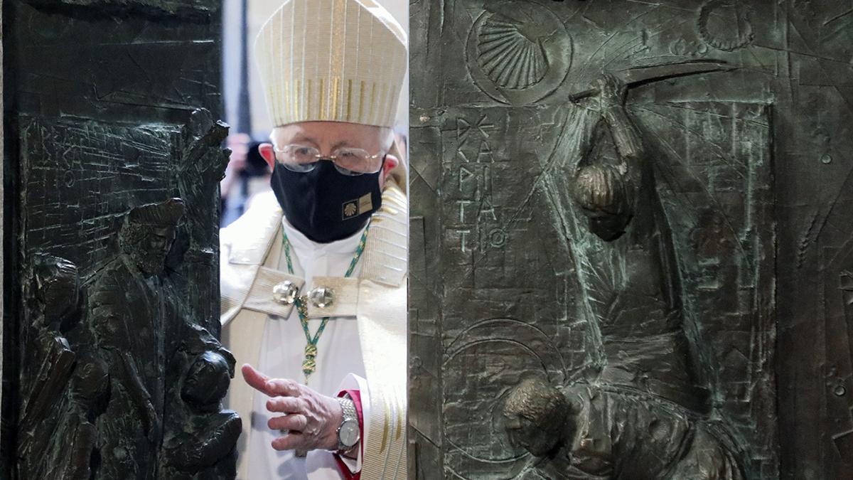 El arzobispo de Santiago, Julián Barrio, abre la Puerta Santa