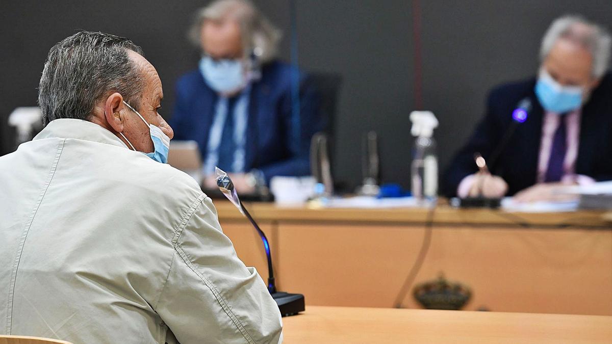 El acusado de abusar de cinco de sus nietos, ayer durante el juicio en su contra