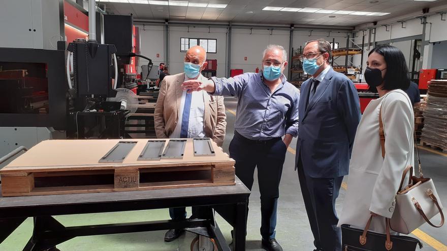 El Consell apoya con 388.000 euros una nueva línea de fabricación de soportes fotovoltaicos en la empresa Hilex de Ibi
