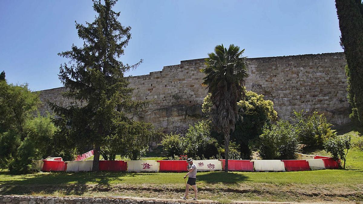 Tramo frente a La Vega en el que arrancarán las obras de consolidación de la muralla.   José Luis Fernández