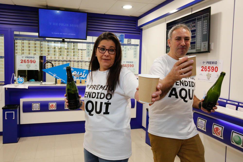 Los loteros Mercedes Mico y Fernando Petisco celebran que el Gordo ha sido vendido en su establecimiento de Salamanca.