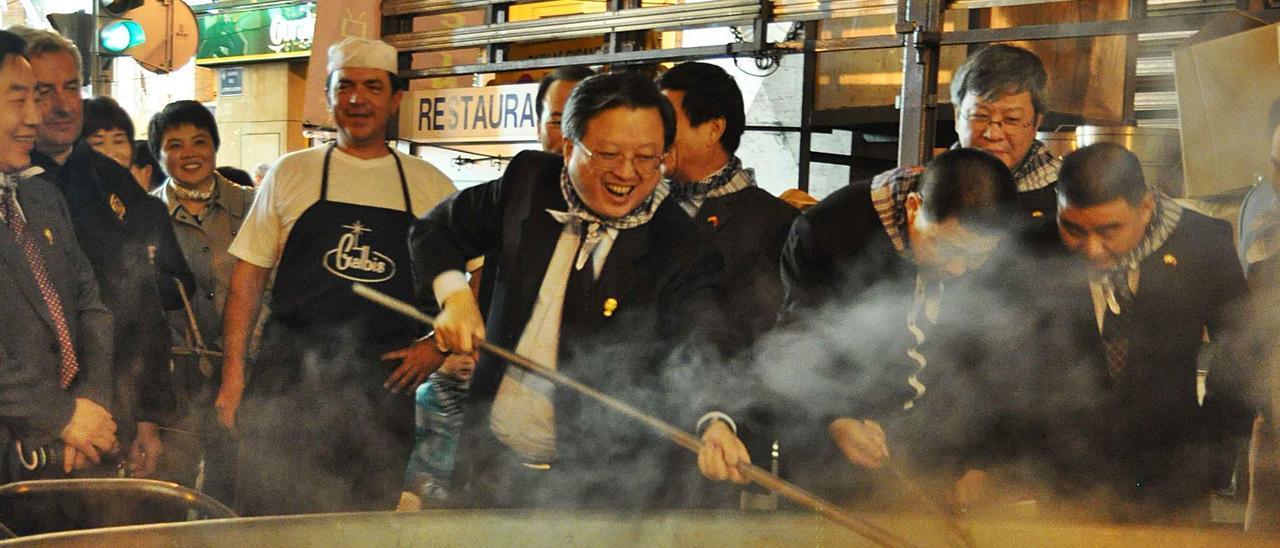 Un grupo de comerciantes chinos elabora una paella en el valenciano barrio de Russafa. | LEVANTE-EMV