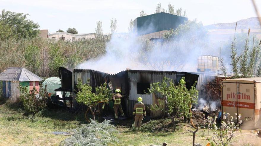 Los bomberos de Zaragoza sofocan un incendio en un campo en Cuarte de Huerva