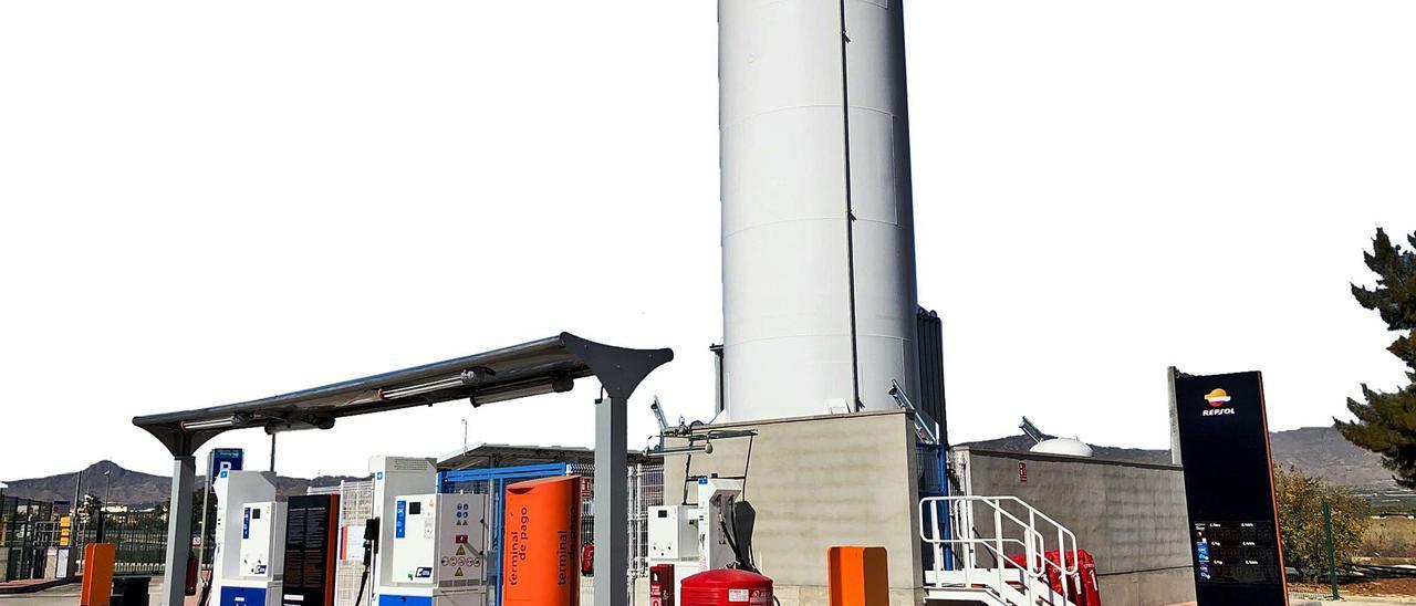 Estación de servicio de Repsol en Albatera con surtidores de gas.  emv