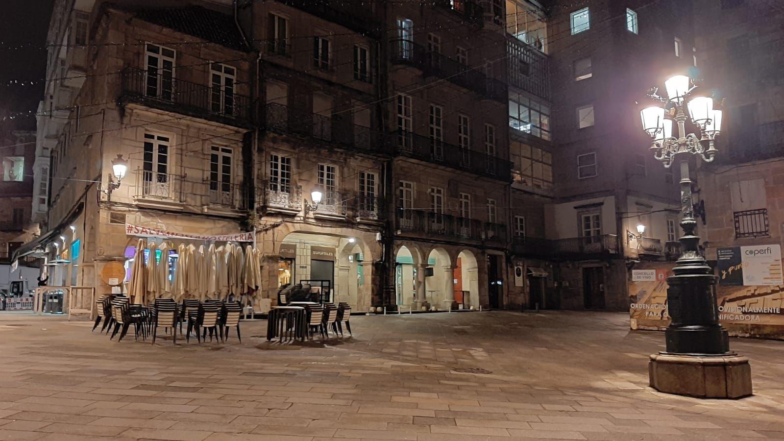 Vista de las calles de Vigo vacías durante el toque de queda