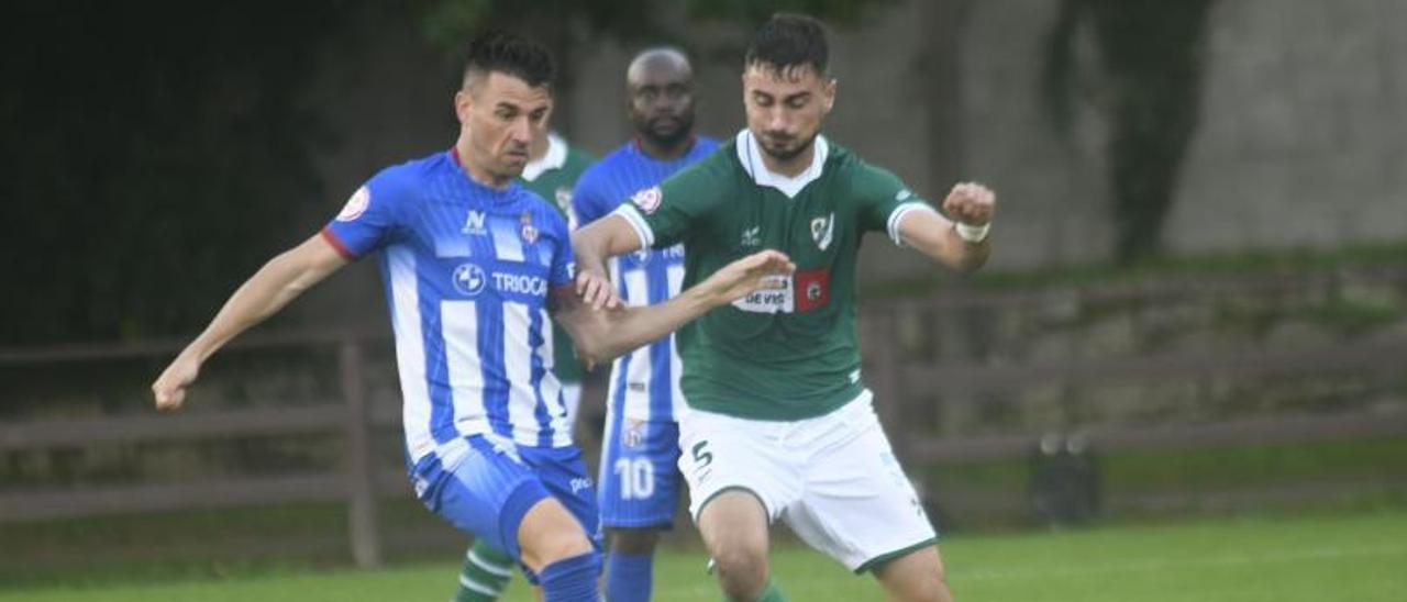 Natalio controla el balón ante un jugador del Coruxo.   Area 11