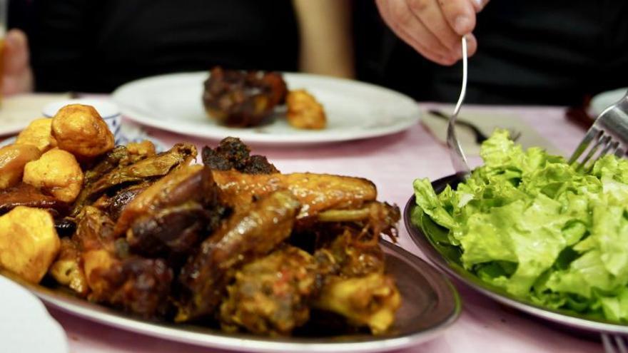 El CES alerta del riesgo sanitario al exigir que los restaurantes ofrezcan las sobras de las comidas