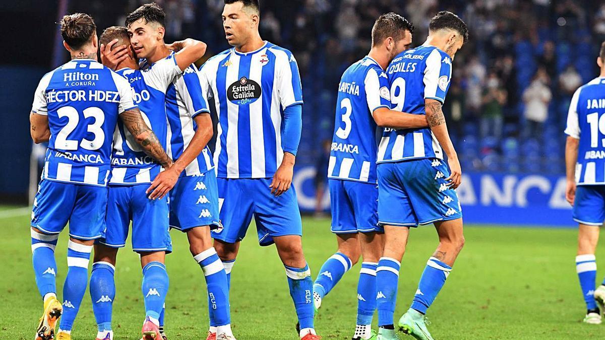 Los jugadores deportivistas celebran uno de los goles contra el Celta B.    // VÍCTOR ECHAVE
