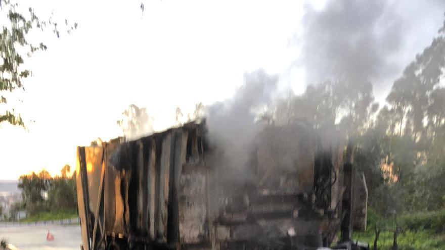 Un incendio destruye de madrugada un camión de la basura en el parque de Bens