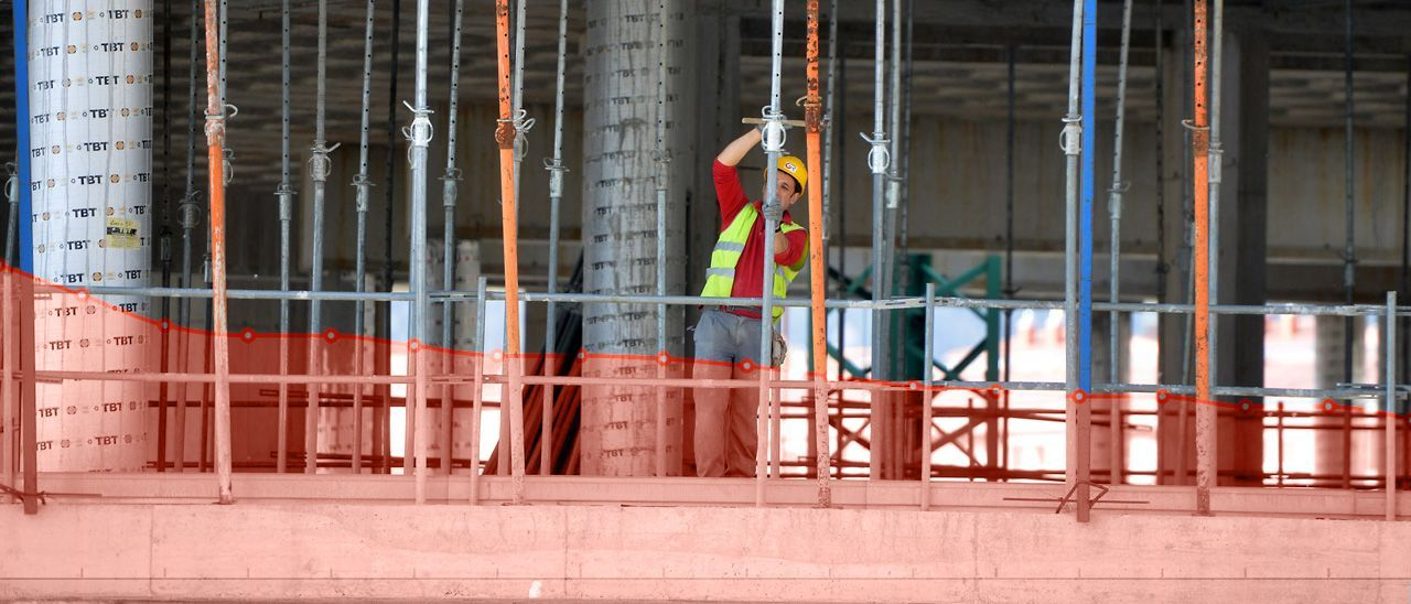 Imagen de fondo: Trabajador en una obra de construcción en Pontevedra