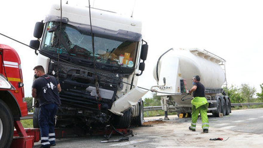 Mor un conductor en un xoc frontal amb un camió a Cornellà de Terri