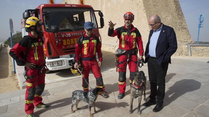 """Los bomberos simulan un rescate en el Benacantil: """"Prohibido escalar el Castillo y cuidado con los selfis"""""""