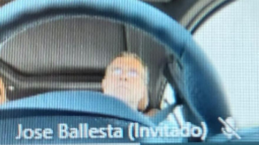 Ballesta asiste a una reunión de Aguas de Murcia al volante