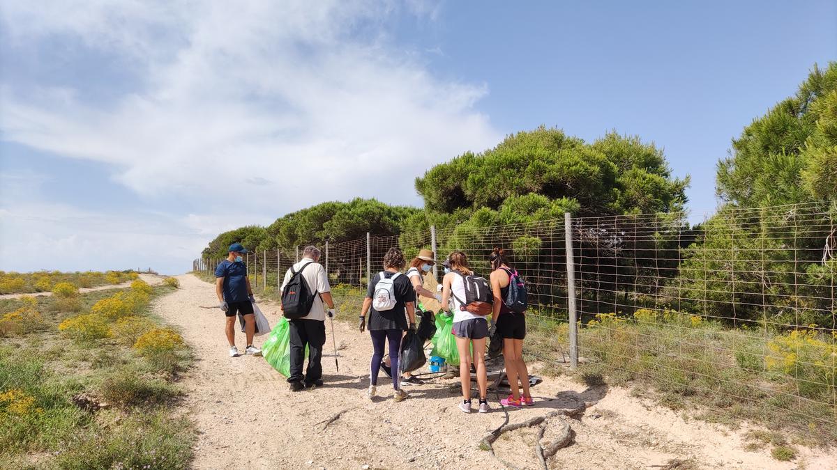 """Imagen de la iniciativa de recogida de """"basuraleza"""" en el parque natural de las lagunas de Torrevieja y La Mata"""