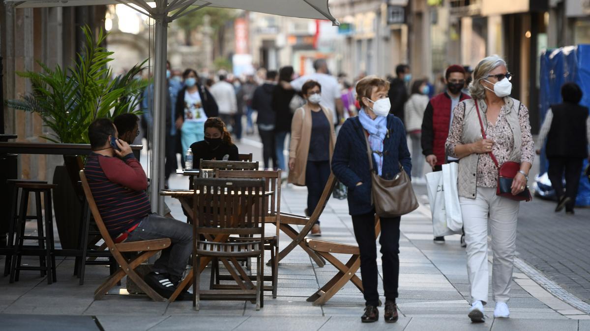 Gente caminando por el centro de Pontevedra.