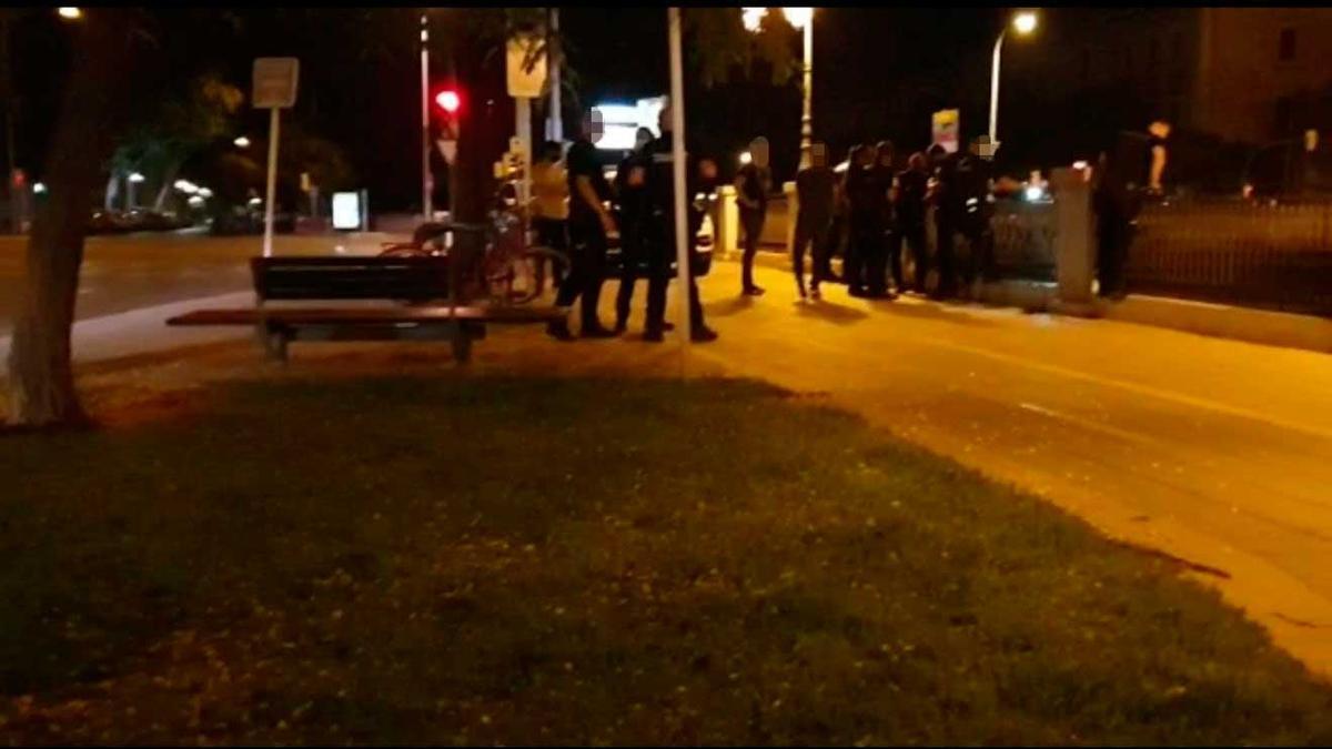 Varios policías, durante el operativo de rescate, ayer de madrugada en sa Riera.