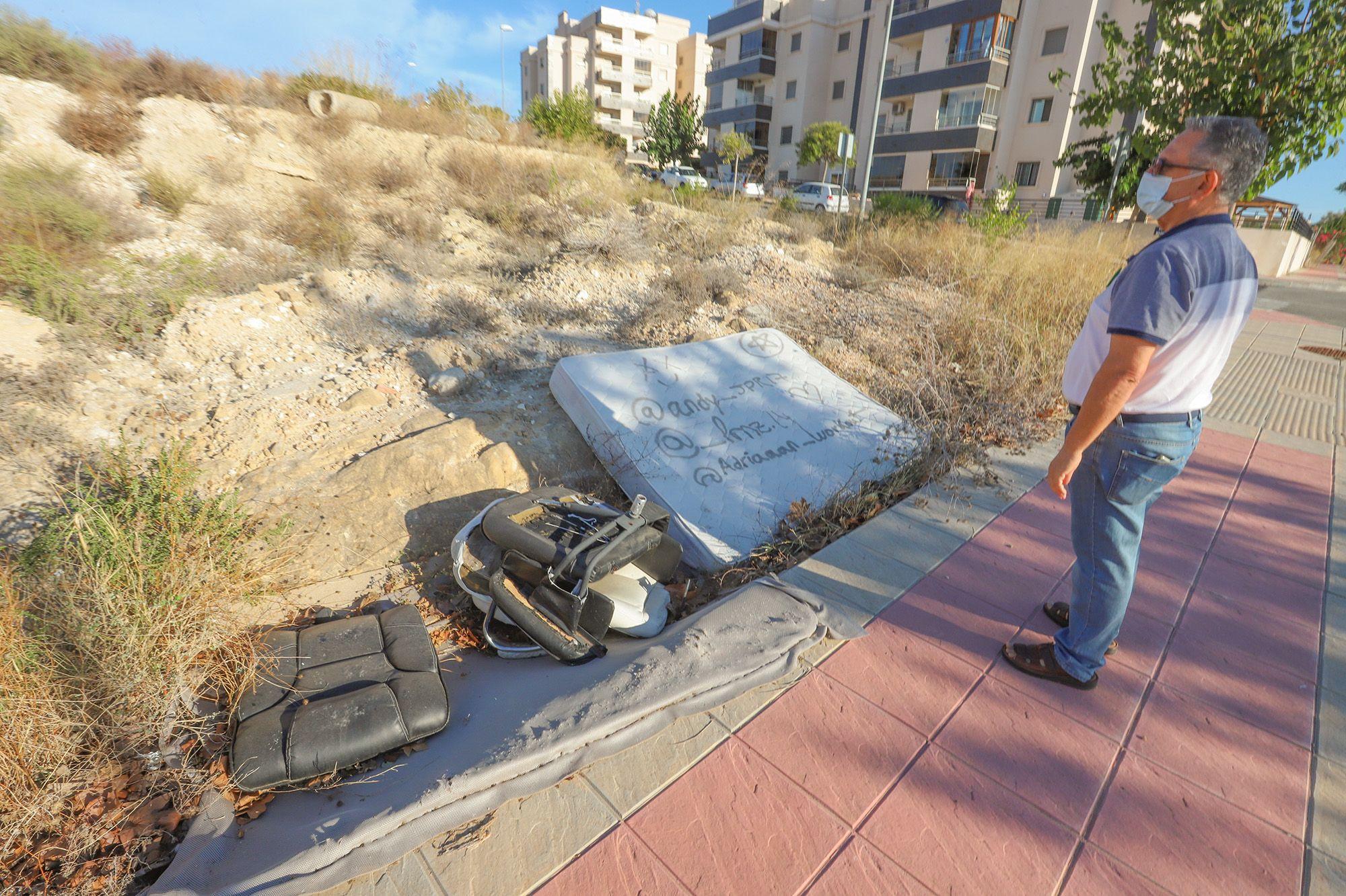 Aspecto del plan parcial Los Invernaderos de San Miguel de Salinas, invadido por la maleza y abandonado, y donde estaban previstas 1.700 viviendas