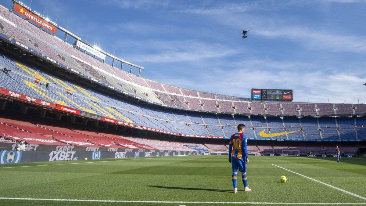 Messi se dispone a lanzar una falta en un Camp Nou completamente vacío