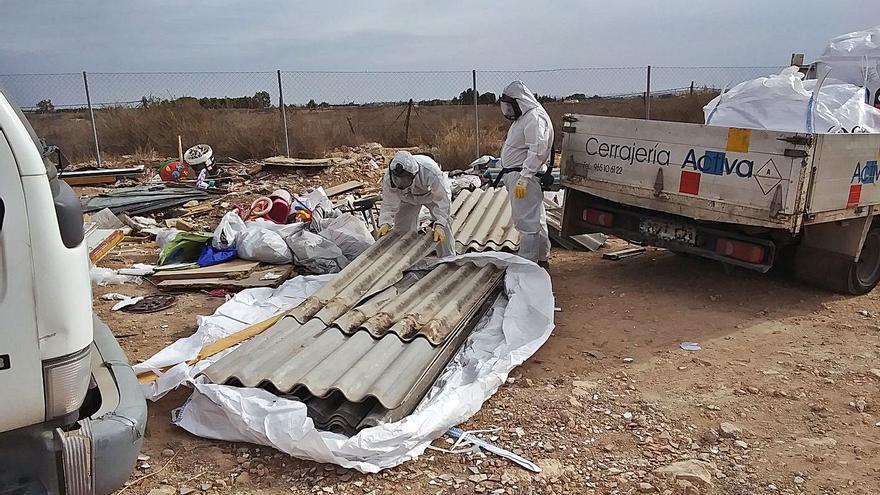San Vicente retira una tonelada de amianto