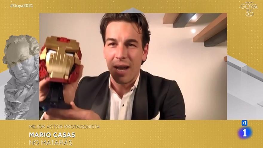 El gallego Mario Casas celebra su Goya con un casco de Iron Man